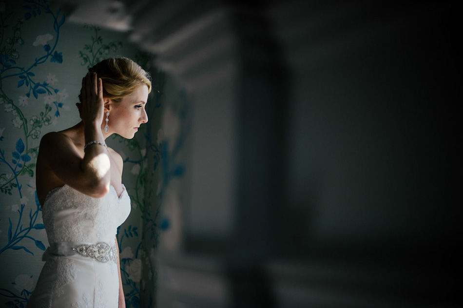 modern bride portrait by window by the oberports